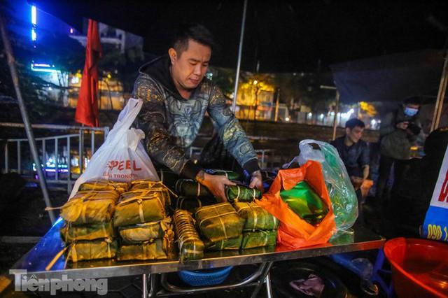 Người dân Thủ đô thức xuyên đêm canh nồi bánh chưng trên vỉa hè - Ảnh 10.
