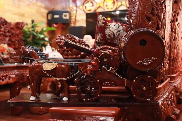 Choáng với ngôi nhà dùng toàn gỗ hương quý hiếm, riêng bộ bàn ghế gỗ Rồng Khay Tứ Linh tốn 800 triệu - Ảnh 10.