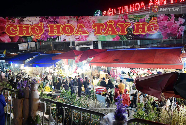 Chùm ảnh: Sáng sớm 30 Tết, biển người chen chân tại chợ hoa lớn nhất Hà Nội lựa mua hoa - Ảnh 1.