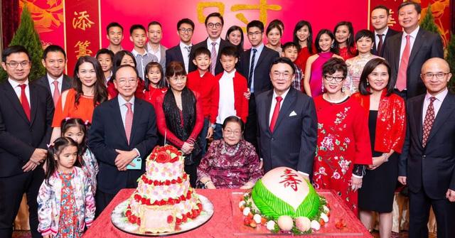 Sóng gió gia tộc Hồng Kông đời thực: Mẹ già 100 tuổi tranh chấp đế chế bất động sản khổng lồ với chính các con đẻ và cái kết chua chát sau cùng - Ảnh 2.