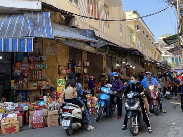 Phiên chợ cuối năm: Bánh chưng ế ẩm, khách sắm Tết giá nào cũng mua - Ảnh 2.
