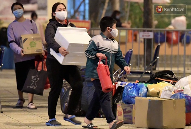 Ảnh: 15 học sinh trường Tiểu học Xuân Phương nhảy cẫng vui mừng vì được rời khu cách ly, về nhà đón Tết với gia đình - Ảnh 2.
