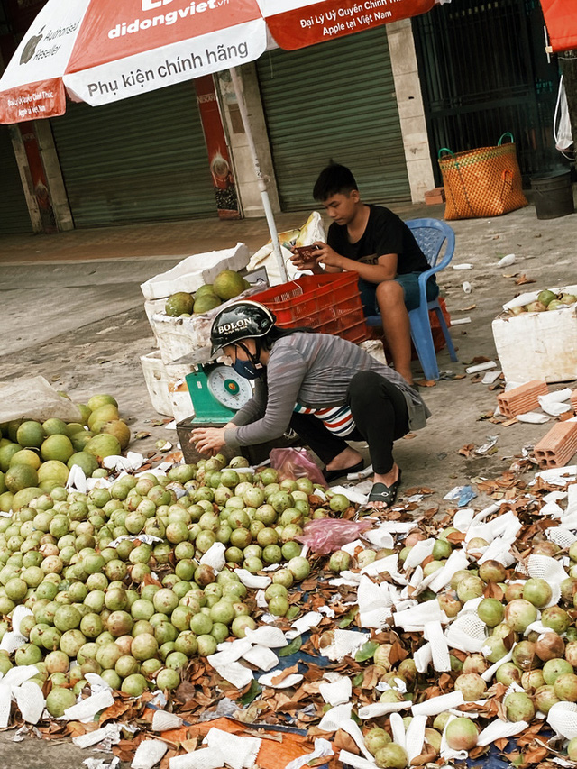 Sài Gòn chiều 30 Tết trái cây xổ đầy đường nhiều hơn cả hoa, người bán buồn thiu than vãn: Rẻ như cho mà không ai mua con ơi! - Ảnh 1.