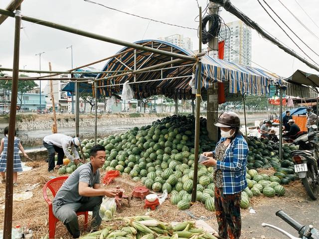 Sài Gòn chiều 30 Tết trái cây xổ đầy đường nhiều hơn cả hoa, người bán buồn thiu than vãn: Rẻ như cho mà không ai mua con ơi! - Ảnh 2.