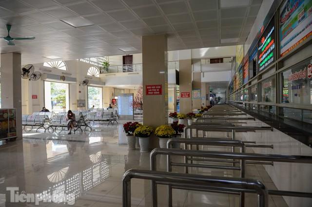 Bến xe Hà Nội khác lạ chiều 30 Tết - Ảnh 2.