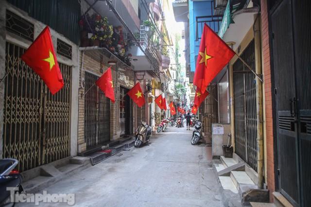 Phố phường Hà Nội rực rỡ cờ đỏ sao vàng ngày 30 Tết - Ảnh 1.