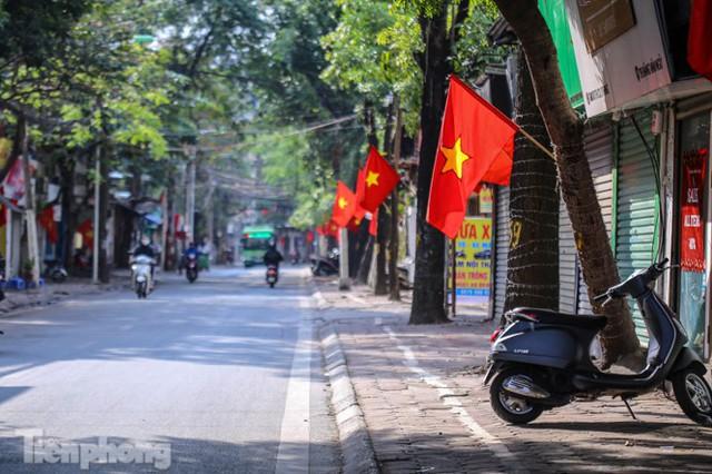 Phố phường Hà Nội rực rỡ cờ đỏ sao vàng ngày 30 Tết - Ảnh 2.