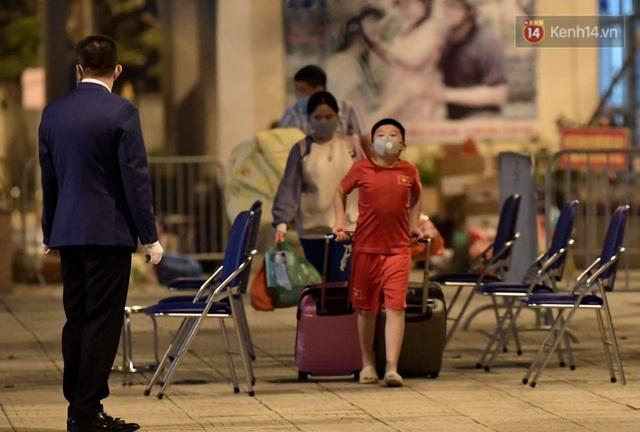 Ảnh: 15 học sinh trường Tiểu học Xuân Phương nhảy cẫng vui mừng vì được rời khu cách ly, về nhà đón Tết với gia đình - Ảnh 11.