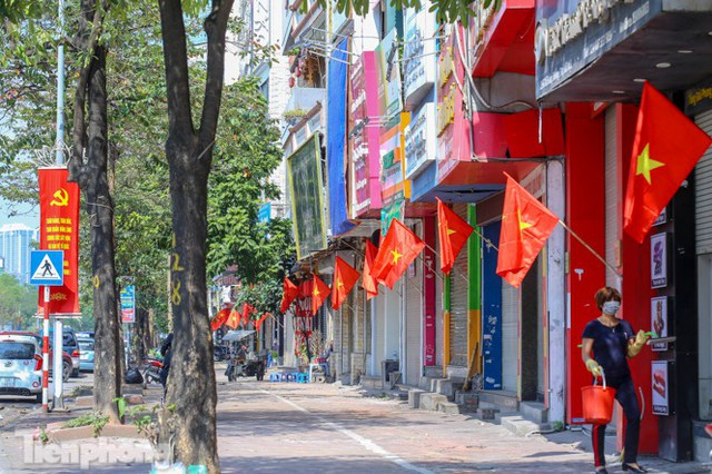 Phố phường Hà Nội rực rỡ cờ đỏ sao vàng ngày 30 Tết - Ảnh 11.