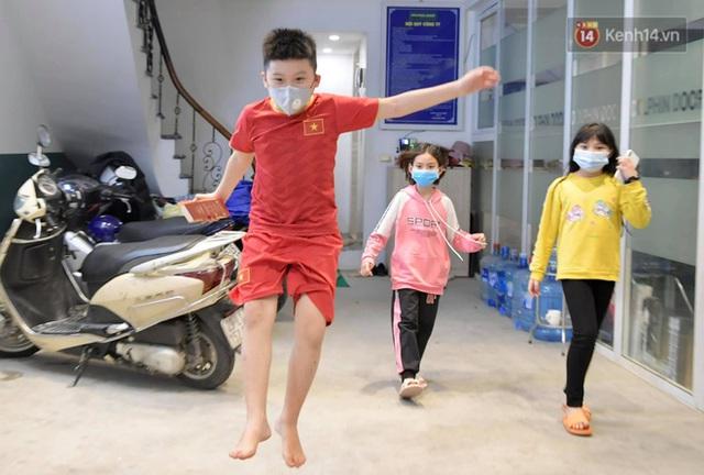 Ảnh: 15 học sinh trường Tiểu học Xuân Phương nhảy cẫng vui mừng vì được rời khu cách ly, về nhà đón Tết với gia đình - Ảnh 12.