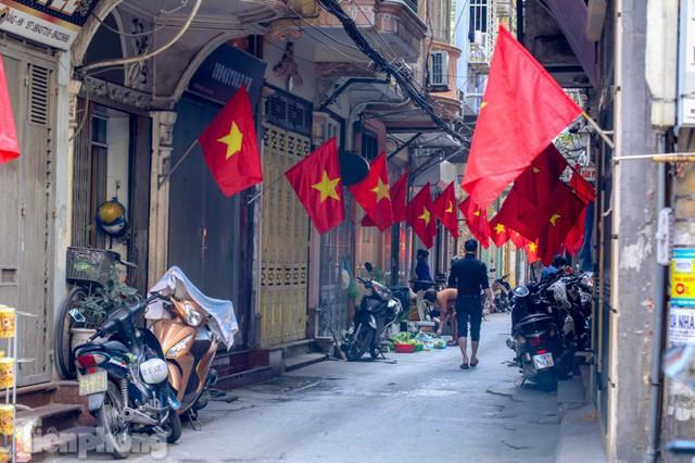 Phố phường Hà Nội rực rỡ cờ đỏ sao vàng ngày 30 Tết - Ảnh 12.