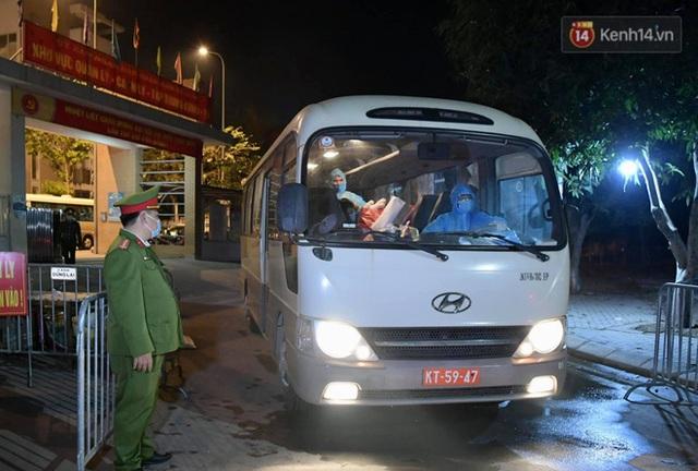 Ảnh: 15 học sinh trường Tiểu học Xuân Phương nhảy cẫng vui mừng vì được rời khu cách ly, về nhà đón Tết với gia đình - Ảnh 14.