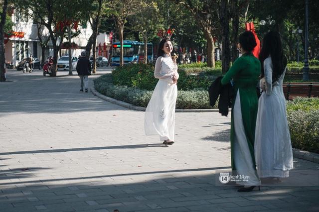 Chùm ảnh: Hà Nội đẹp nao lòng trong nắng ngày 30 Tết - Ảnh 15.