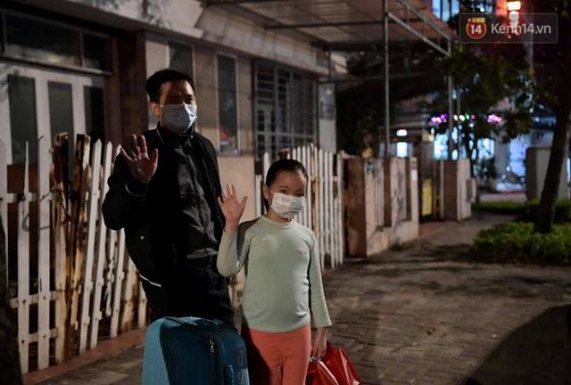Ảnh: 15 học sinh trường Tiểu học Xuân Phương nhảy cẫng vui mừng vì được rời khu cách ly, về nhà đón Tết với gia đình - Ảnh 15.