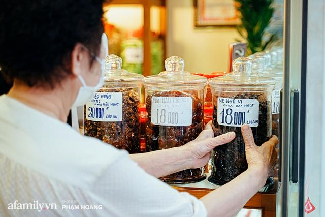 Chuyện về gia tộc kín tiếng chủ tiệm ô mai cổ truyền phố Hàng Da, với 3 thế hệ truyền thừa và lời đồn về món ô mai đặc biệt chỉ được bán đúng 7 ngày giáp Tết - Ảnh 18.