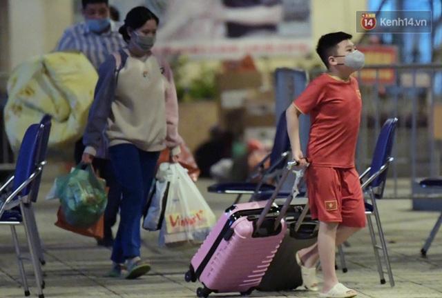 Khoảnh khắc đáng yêu của cậu bé lớp 3 khi được rời khu cách ly Xuân Phương: Hăm hở kéo liền một lúc 2 chiếc va li rồi nhảy lên sung sướng khi gặp người thân - Ảnh 3.