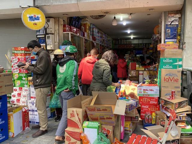Phiên chợ cuối năm: Bánh chưng ế ẩm, khách sắm Tết giá nào cũng mua - Ảnh 3.