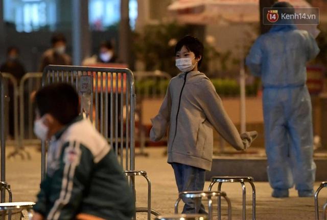 Ảnh: 15 học sinh trường Tiểu học Xuân Phương nhảy cẫng vui mừng vì được rời khu cách ly, về nhà đón Tết với gia đình - Ảnh 3.