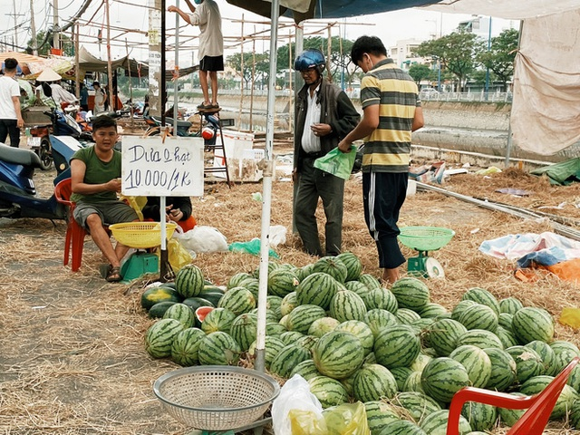 Sài Gòn chiều 30 Tết trái cây xổ đầy đường nhiều hơn cả hoa, người bán buồn thiu than vãn: Rẻ như cho mà không ai mua con ơi! - Ảnh 3.
