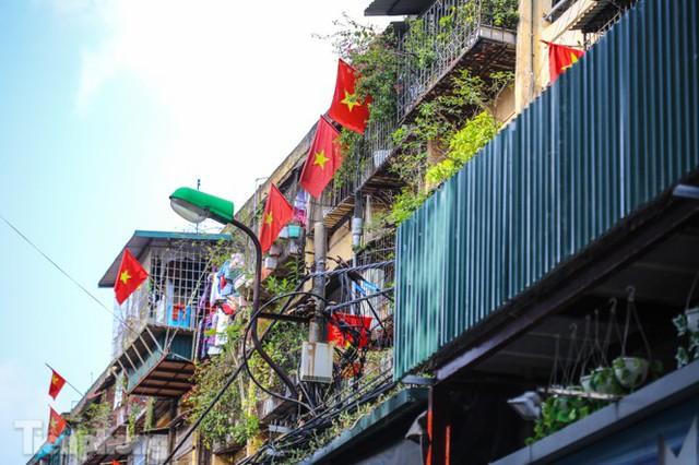 Phố phường Hà Nội rực rỡ cờ đỏ sao vàng ngày 30 Tết - Ảnh 3.