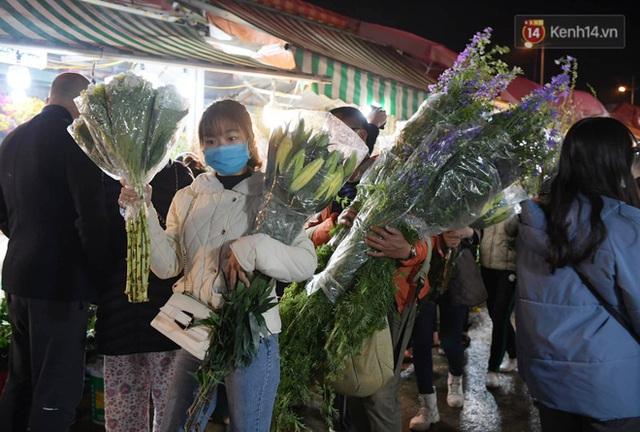 Chùm ảnh: Sáng sớm 30 Tết, biển người chen chân tại chợ hoa lớn nhất Hà Nội lựa mua hoa - Ảnh 4.