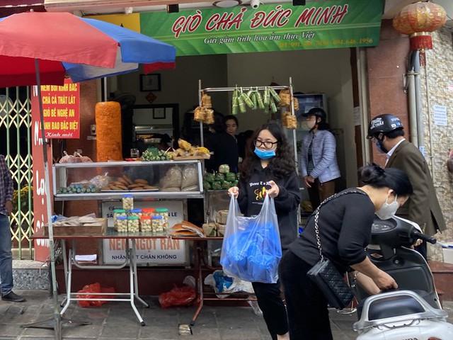 Phiên chợ cuối năm: Bánh chưng ế ẩm, khách sắm Tết giá nào cũng mua - Ảnh 4.