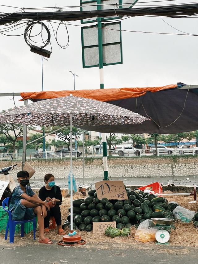 Sài Gòn chiều 30 Tết trái cây xổ đầy đường nhiều hơn cả hoa, người bán buồn thiu than vãn: Rẻ như cho mà không ai mua con ơi! - Ảnh 4.