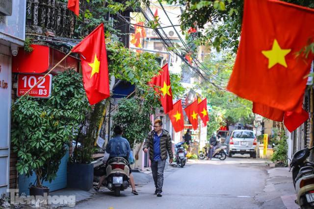 Phố phường Hà Nội rực rỡ cờ đỏ sao vàng ngày 30 Tết - Ảnh 4.
