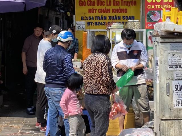 Phiên chợ cuối năm: Bánh chưng ế ẩm, khách sắm Tết giá nào cũng mua - Ảnh 5.