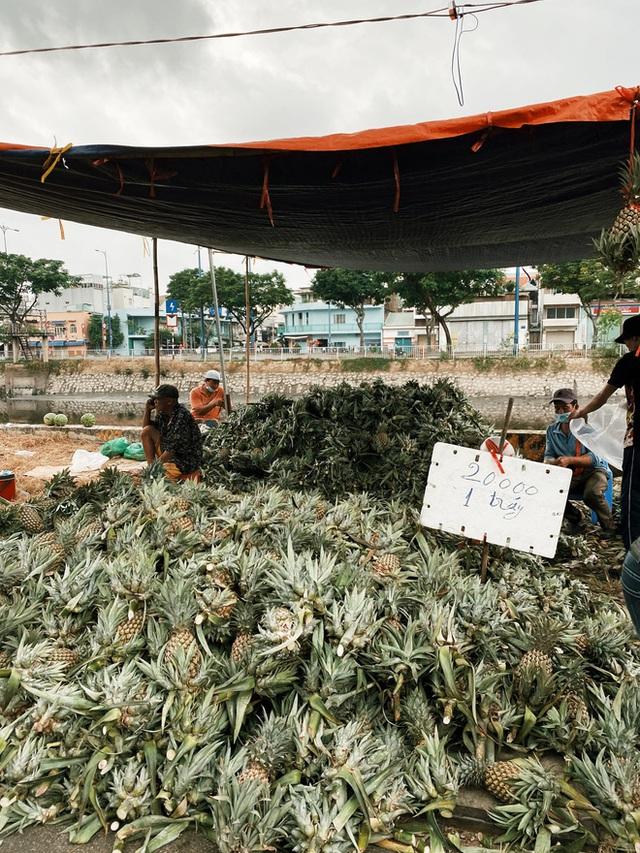 Sài Gòn chiều 30 Tết trái cây xổ đầy đường nhiều hơn cả hoa, người bán buồn thiu than vãn: Rẻ như cho mà không ai mua con ơi! - Ảnh 5.
