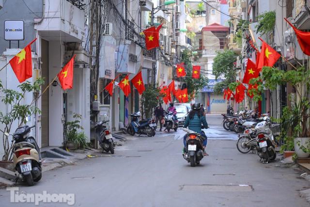 Phố phường Hà Nội rực rỡ cờ đỏ sao vàng ngày 30 Tết - Ảnh 5.