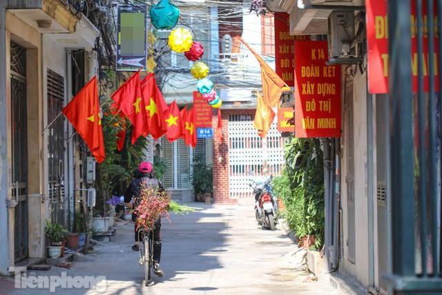 Phố phường Hà Nội rực rỡ cờ đỏ sao vàng ngày 30 Tết - Ảnh 6.