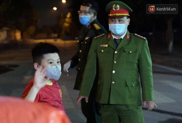 Khoảnh khắc đáng yêu của cậu bé lớp 3 khi được rời khu cách ly Xuân Phương: Hăm hở kéo liền một lúc 2 chiếc va li rồi nhảy lên sung sướng khi gặp người thân - Ảnh 7.