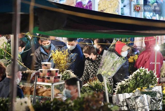 Chùm ảnh: Sáng sớm 30 Tết, biển người chen chân tại chợ hoa lớn nhất Hà Nội lựa mua hoa - Ảnh 7.