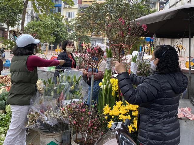 Phiên chợ cuối năm: Bánh chưng ế ẩm, khách sắm Tết giá nào cũng mua - Ảnh 7.