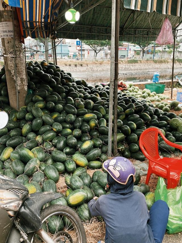 Sài Gòn chiều 30 Tết trái cây xổ đầy đường nhiều hơn cả hoa, người bán buồn thiu than vãn: Rẻ như cho mà không ai mua con ơi! - Ảnh 7.