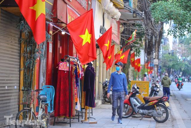 Phố phường Hà Nội rực rỡ cờ đỏ sao vàng ngày 30 Tết - Ảnh 7.