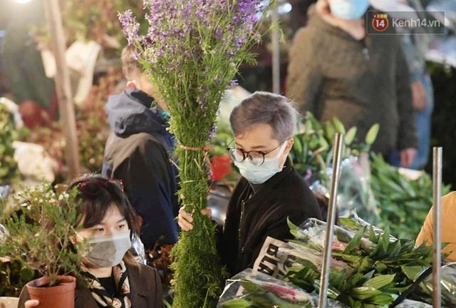 Chùm ảnh: Sáng sớm 30 Tết, biển người chen chân tại chợ hoa lớn nhất Hà Nội lựa mua hoa - Ảnh 8.