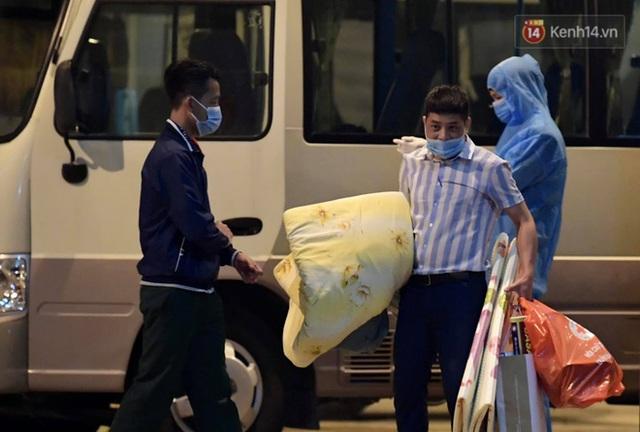 Ảnh: 15 học sinh trường Tiểu học Xuân Phương nhảy cẫng vui mừng vì được rời khu cách ly, về nhà đón Tết với gia đình - Ảnh 8.