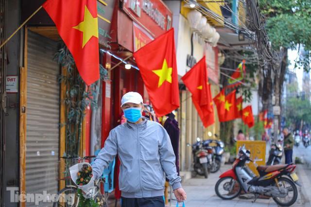 Phố phường Hà Nội rực rỡ cờ đỏ sao vàng ngày 30 Tết - Ảnh 8.