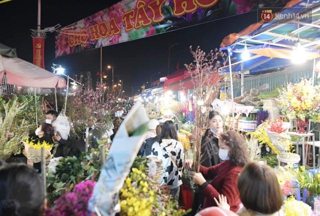 Chùm ảnh: Sáng sớm 30 Tết, biển người chen chân tại chợ hoa lớn nhất Hà Nội lựa mua hoa - Ảnh 9.
