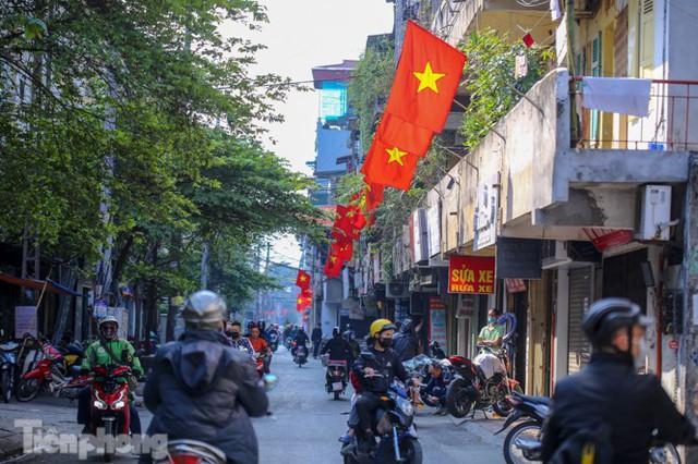Phố phường Hà Nội rực rỡ cờ đỏ sao vàng ngày 30 Tết - Ảnh 9.