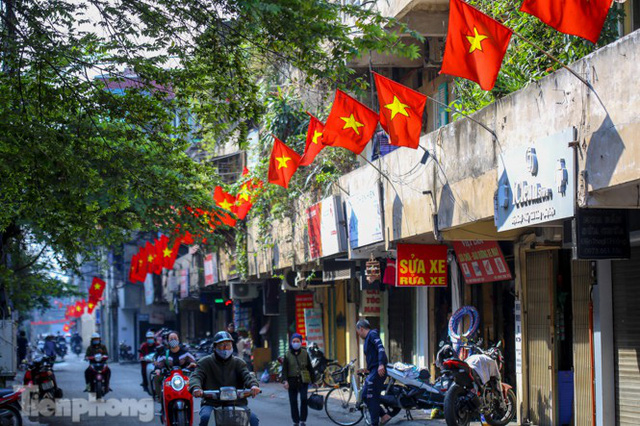 Phố phường Hà Nội rực rỡ cờ đỏ sao vàng ngày 30 Tết - Ảnh 10.