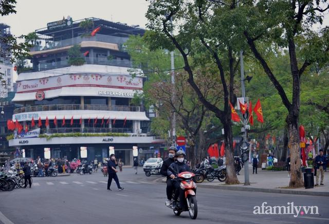 Hà Nội sáng mùng 1 Tết: Đường đông hơn mọi năm nhưng vẫn thênh thang yên bình đến lạ, người dân thong thả đạp xe, đi lễ đền Ngọc Sơn - Ảnh 1.