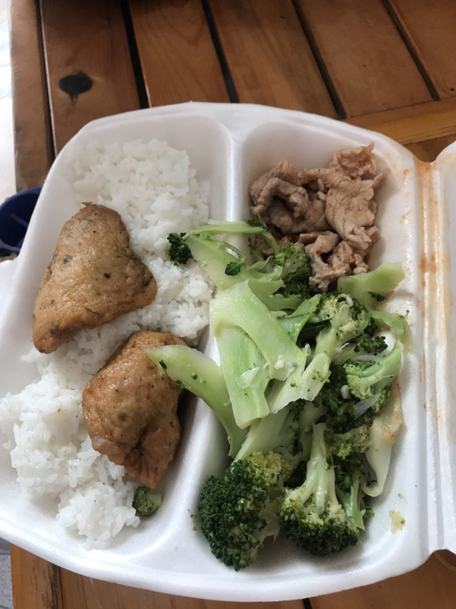 Bữa cơm ngày Tết trong khu cách ly ở Hải Dương: Vẫn ăn cơm hộp giản dị, vì lúc này phòng chống dịch mới là quan trọng nhất! - Ảnh 1.