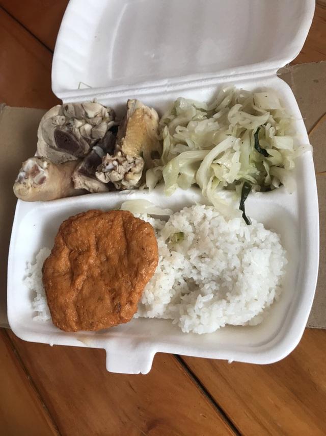 Bữa cơm ngày Tết trong khu cách ly ở Hải Dương: Vẫn ăn cơm hộp giản dị, vì lúc này phòng chống dịch mới là quan trọng nhất! - Ảnh 2.