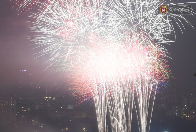 Mãn nhãn pháo hoa rực sáng trên bầu trời Hà Nội, đánh dấu thời khắc chuyển giao năm mới Tân Sửu 2021 - Ảnh 11.