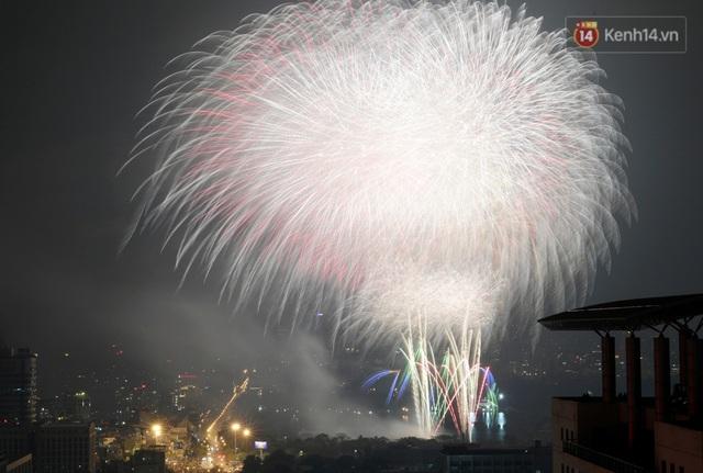 Mãn nhãn pháo hoa rực sáng trên bầu trời Hà Nội, đánh dấu thời khắc chuyển giao năm mới Tân Sửu 2021 - Ảnh 12.