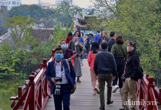 Hà Nội sáng mùng 1 Tết: Đường đông hơn mọi năm nhưng vẫn thênh thang yên bình đến lạ, người dân thong thả đạp xe, đi lễ đền Ngọc Sơn - Ảnh 13.