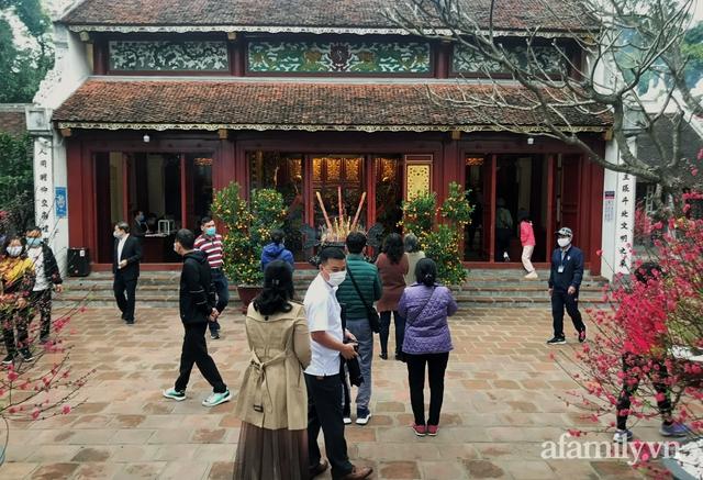 Hà Nội sáng mùng 1 Tết: Đường đông hơn mọi năm nhưng vẫn thênh thang yên bình đến lạ, người dân thong thả đạp xe, đi lễ đền Ngọc Sơn - Ảnh 14.
